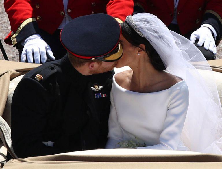prince-harry-kiss-meghan-1526745695.jpg