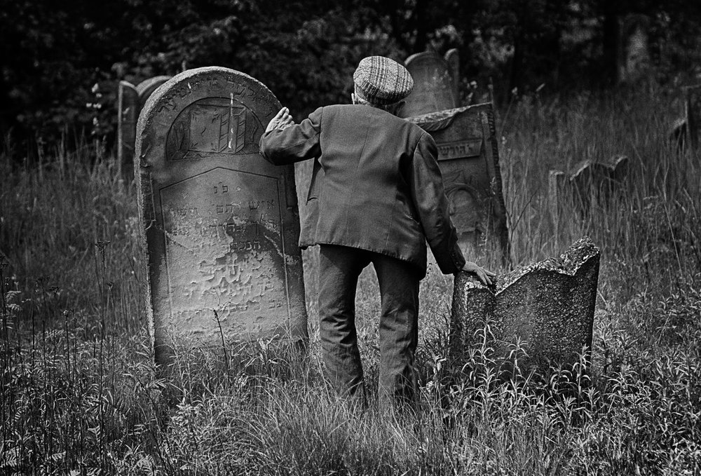 Chuck Fishman, Mosses Lekker, caretaker of the Jewish Cemetery. Lodz, 1975. © Chuck Fishman
