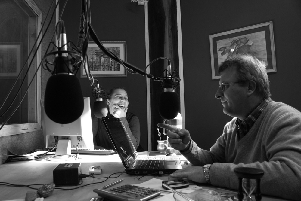 Mario Antonowicz and Jorgelina Bonetto in the studio of Radio Yguazú.