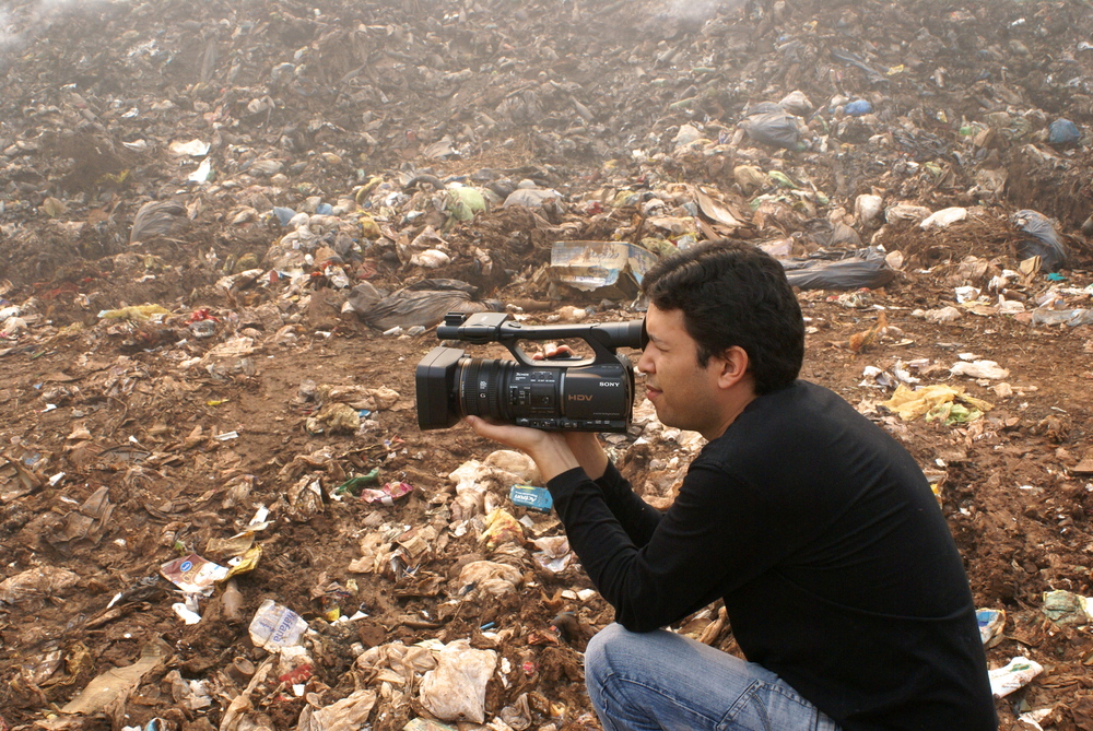 Javier Rotela, filming at the municipal landfill site in Iguazú.