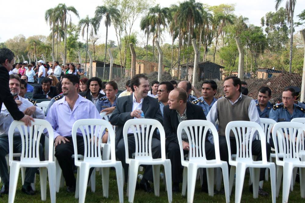 Inauguration of a primary school in a peripheral Barrio 1ero de Mayo. Behind local government officials, gathered for the occasion, stand the precarious houses of the neighborhood's residents.