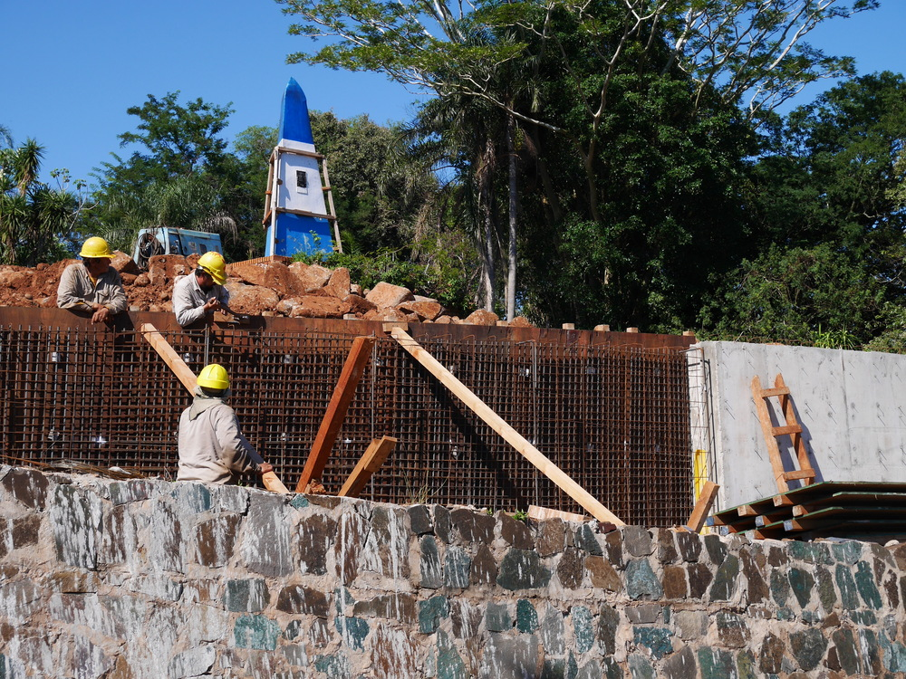 Argentine boundary landmark in Iguazú under reconstruction.
