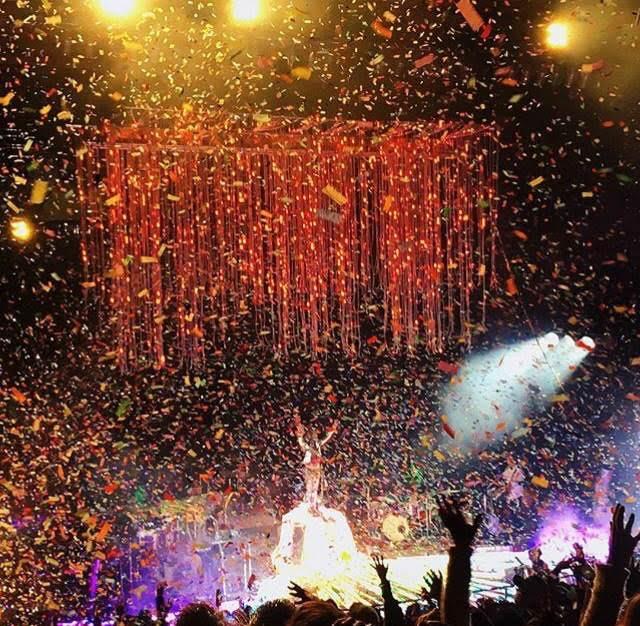 Confetti-boom glory. Photo per Addy James.