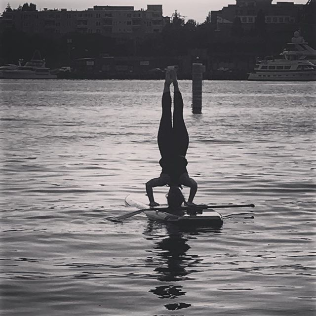 Love doing head stands at sunset! #yoga #supyogaseattle #getyouromon #sup #yogaeverydamnday #yogaeverywhere #yogainspiration #yogateacher @supyogapr
