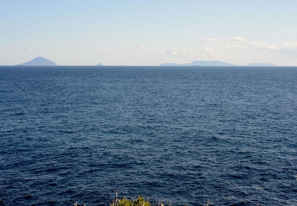 下田市爪木崎より伊豆七島を望む。御蔵島はあの島々の向こうに位置しています。