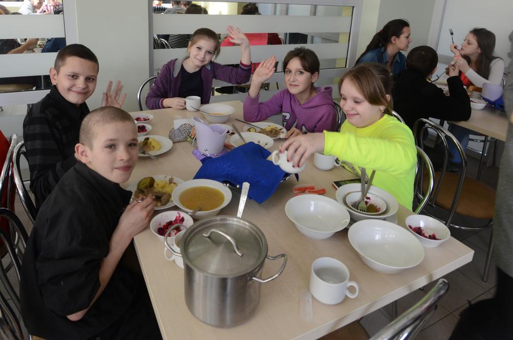 広い食堂は一度に300人のこどもが食事を摂ることができる。