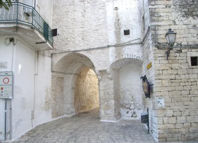 la-porticella-del-centro-storico-di-ceglie-messapica1.jpg
