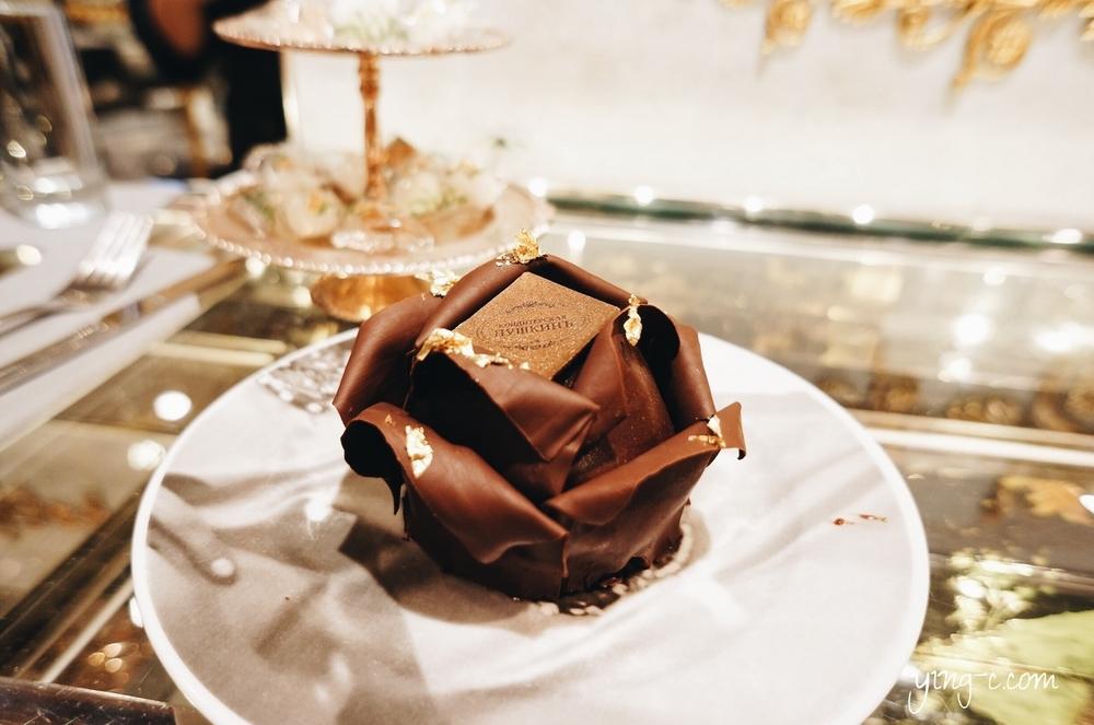 普希金咖啡館的甜點「沙皇的玫瑰」(Rose du Tsar),是由巧克力布朗尼蛋糕為基底,加上桑葚茉莉花茶果醬夾心、以及巧克力花瓣與金箔做成。(攝影:Ying Chen)