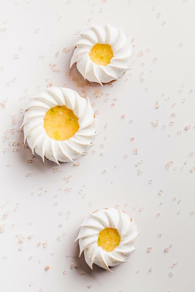 Le Meurice 的 達利廳(Le Dali) 下午茶甜點「檸檬塔」(tarte au citron),上面的蛋白霜擠花需要非常俐落熟練的手法才能完成,可以按 這裡 看擠花過程的影片。(圖片來源:Cédric Grolet的 Facebook專頁 )