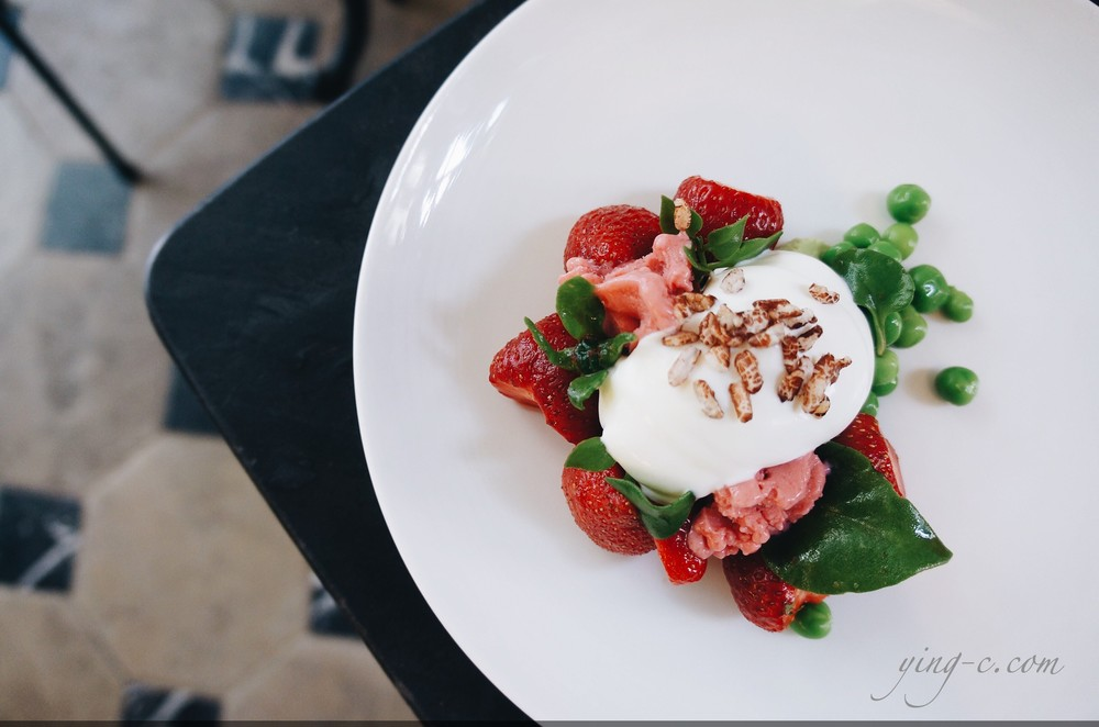 """ fraises, petits pois, fromage "" (strawberries, green peas, cheese)"