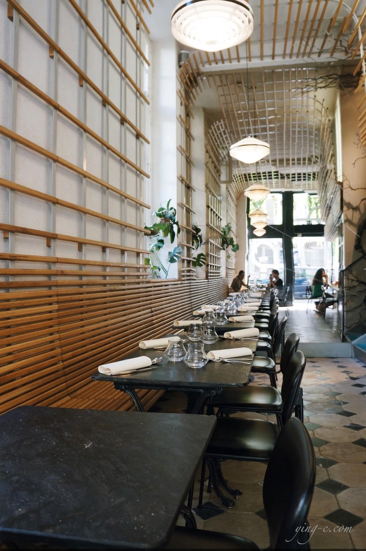 充滿木質與綠意的室內裝潢。