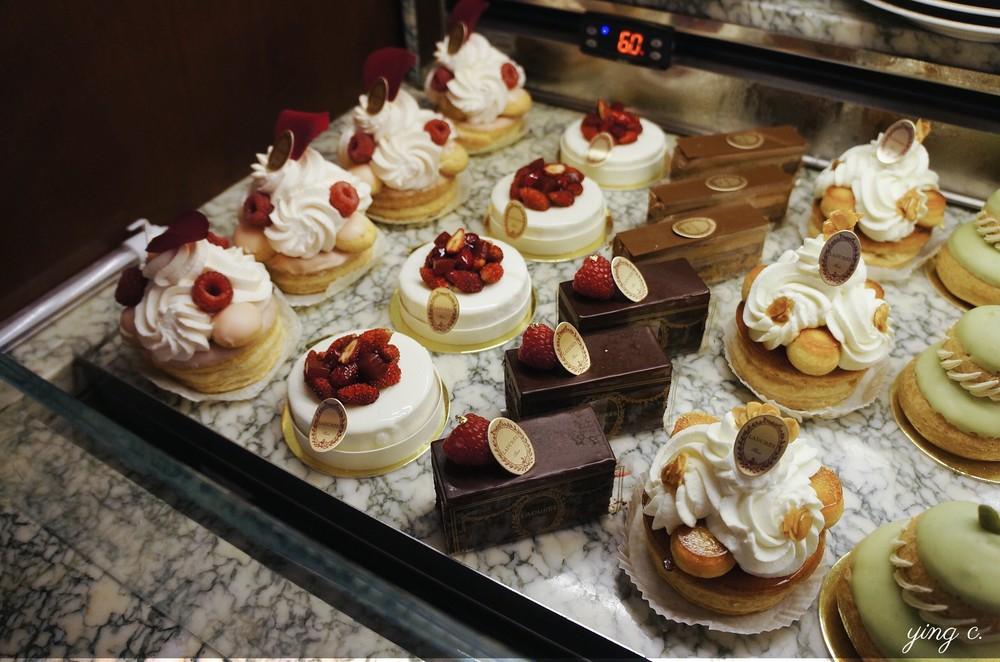 Ladurée's pastry vitrine.  Ladurée的甜點櫃。