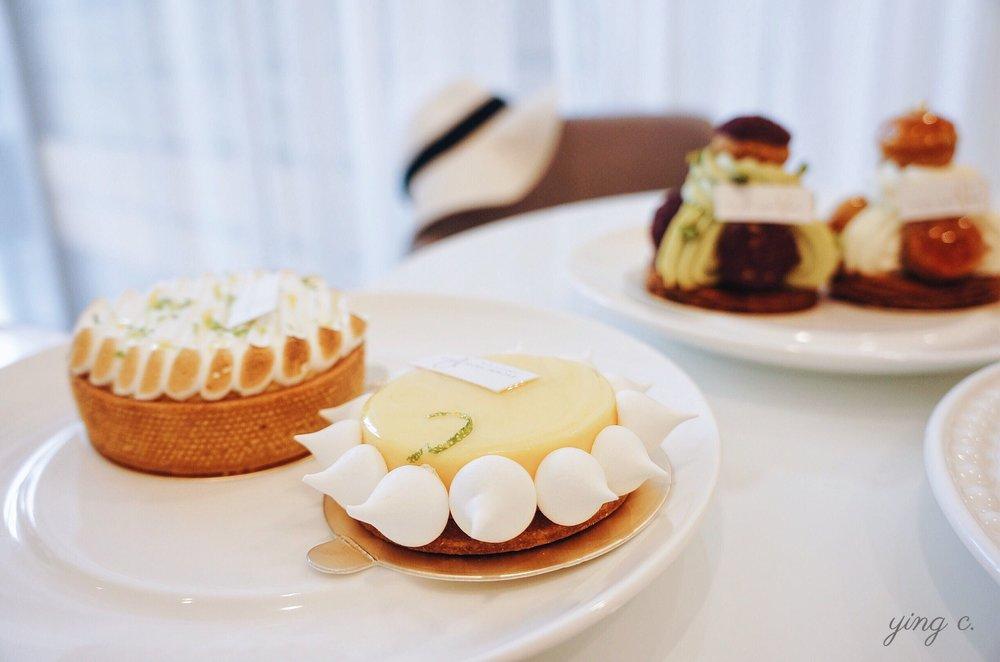 圖1. 經常在塔上出現的蛋白霜裝飾,有各式各樣的變化。圖中為內湖甜點店  Escape from Paris 芙芙法式甜點 的「柚」(左前)與金桔萊姆棉花塔(左後)(攝影:Ying Chen)