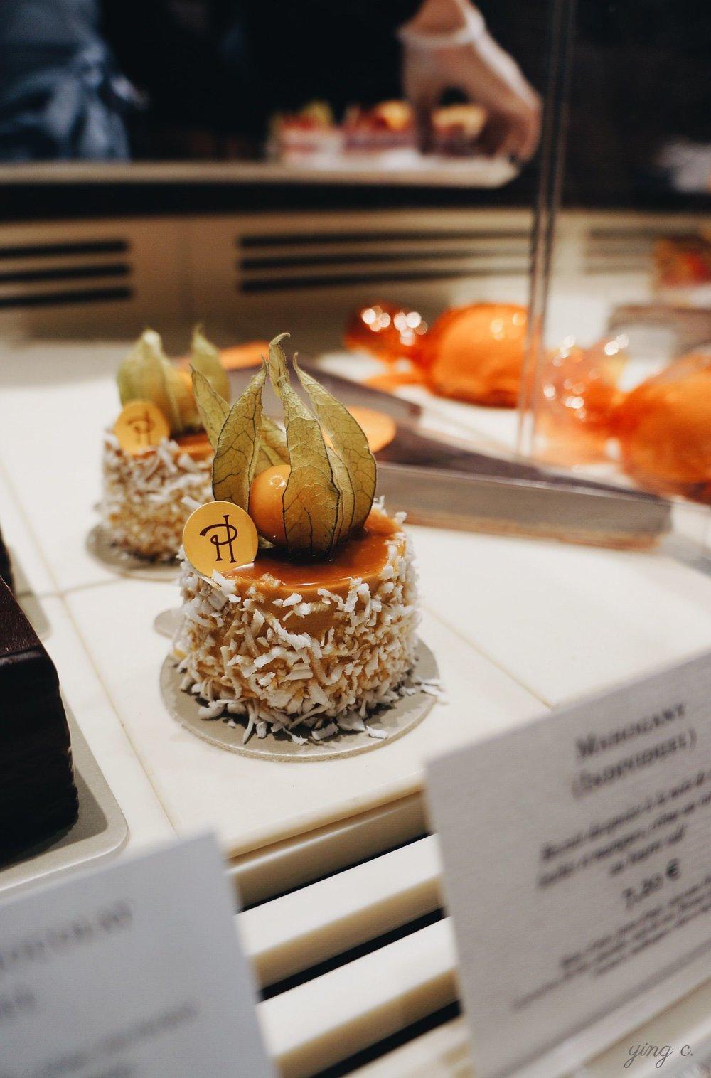 圖5. 巴黎 Pierre Hermé 的 Mahogany 蛋糕,是少數蛋糕體佔比較高的法式蛋糕,由椰子達克瓦茲蛋糕中間夾芒果果醬、荔枝果肉,再以焦糖淋面而成。達克瓦茲蛋糕較為酥鬆,與軟綿芒果果醬和稍微有些嚼感的荔枝果肉形成完美的搭配。外面的焦糖淋面則增添了濕潤度,平衡了整體偏向乾爽的口感。點這裡看蛋糕切面。