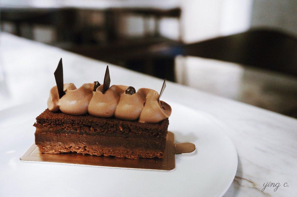 「百香」,以巧克力百香果慕斯、義式白蘭地甘那許、百香果果凍、榛果脆片組成的巧克力蛋糕。