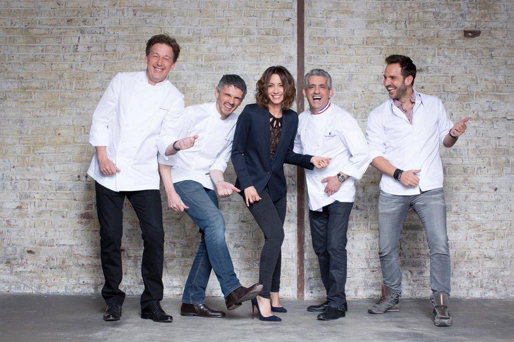 圖4:中間是節目女主持人 Virginie Guilhaume,由左至右分別是評審 Pierre Marcolini、Christophe Adam、Philippe Urraca、Christophe Michalak。(圖片來源:《 Qui Sera Le Prochain Grand Pâtissier ? 》 Facebook粉絲頁 )