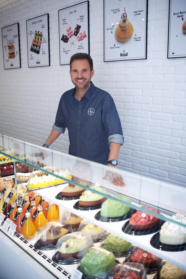圖7:Christophe Michalak 在自己的同名甜點店內與他創作的甜點們合照。(圖片來源: Christophe Michalak 的 Facebook粉絲頁 )