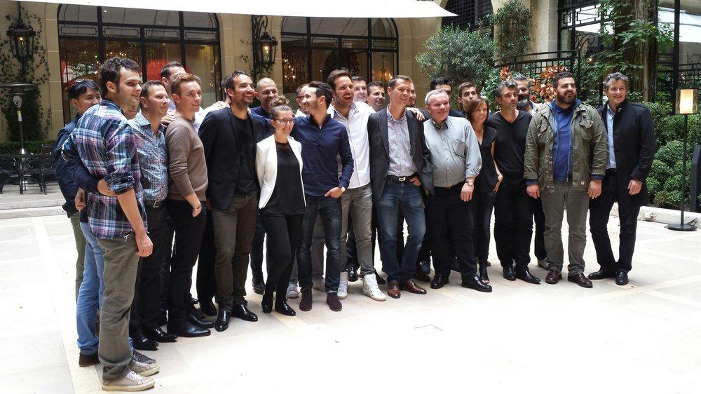 圖11:Le Club des Sucrés 2015 年 9 月慶祝成立十週年時在 Plaza Athénée 的大廳合影。成員皆是目前法國甜點界執牛耳的知名甜點師,包括 Christophe Michalak、Christophe Adam、Jonathan Blot、Pierre Marcolini、Cédric Grolet、Claire Heitzler等。(圖片來源: Arts & Gastronomie專訪 )