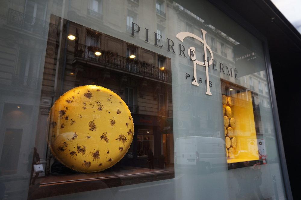 圖4:Pierre Hermé 在巴黎的 Rue Bonaparte 店 2013 年春天櫥窗裝飾。