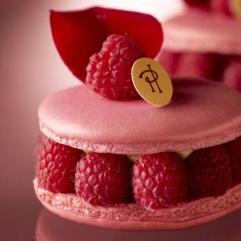 圖6:在 Pierre Hermé 自家甜點店販售的 Ispahan 馬卡龍蛋糕,也是他的招牌甜點之一。(圖片來源: Pierre Hermé Paris )
