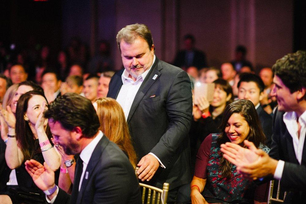 圖8:在眾人掌聲中前往領取「2016 全球最佳甜點師」殊榮的Pierre Hermé。(圖片來源: Cacao Barry )
