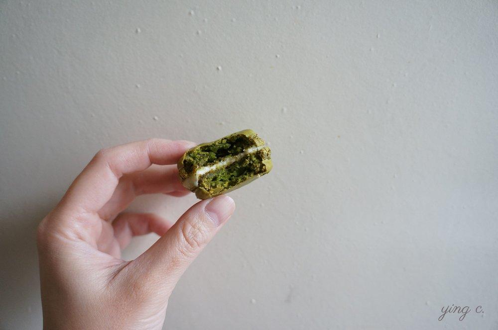 圖4. 一口咬下馬卡龍後,可以從斷面更清楚地看到其質地:一層酥薄的外殼包裹著像糖心般的蛋白霜餅,中間夾著甘納許。