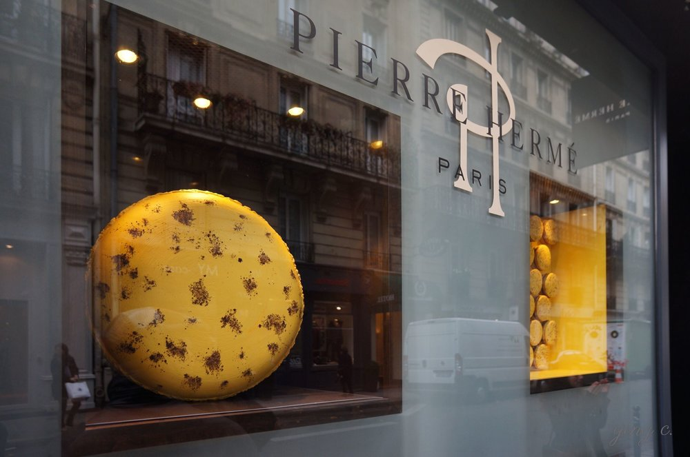圖7. 位於 Rue Bonaparte 的 Pierre Hermé Paris 在 2013 年夏天的櫥窗裝飾。