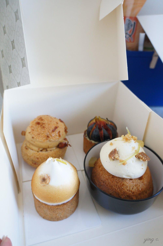 本次在Karamel共選購了四樣甜點,前方右手邊的碗裝甜點便是這次讓我們驚豔不已的青檸巴巴(Baba au citron vert de la Riviera)。