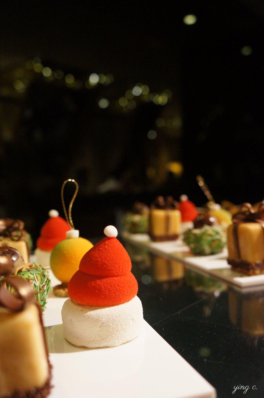 「Bonnet de noël」聖誕帽造型蛋糕則是一個迷你起司蛋糕。