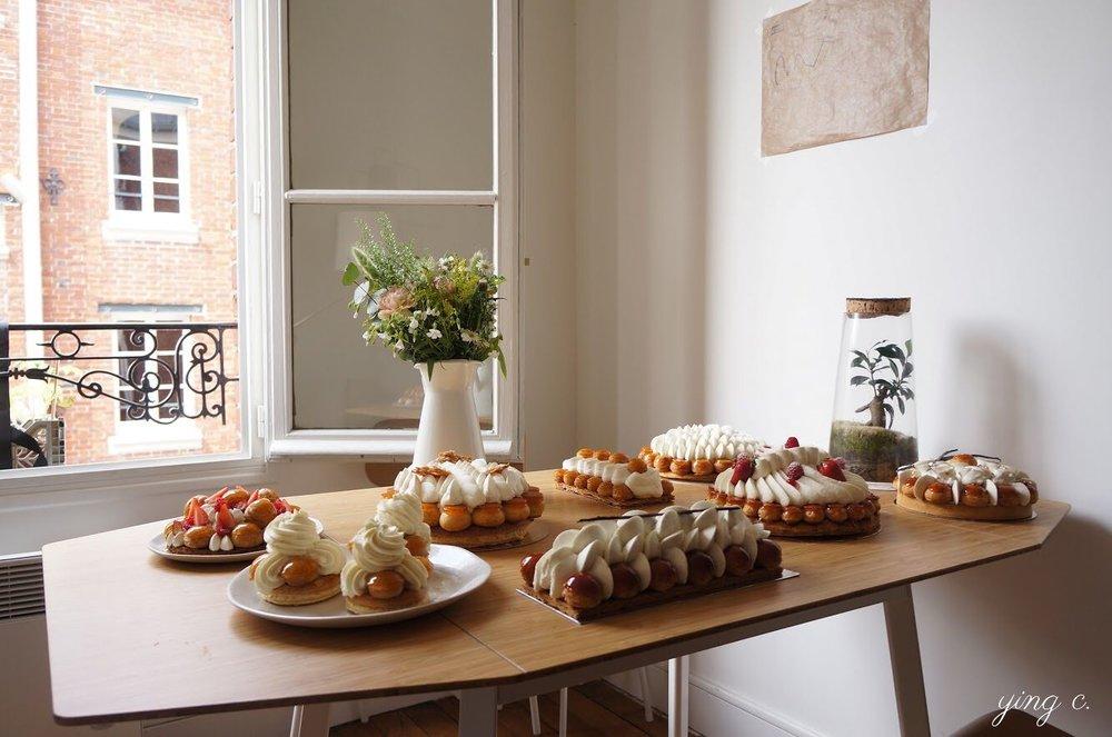法國的泡芙甜點變化多端,圖中是我五月時在巴黎參加的聖多諾黑品嚐會,桌上是各家甜點店的招牌聖多諾黑泡芙。(攝影:Ying C.)