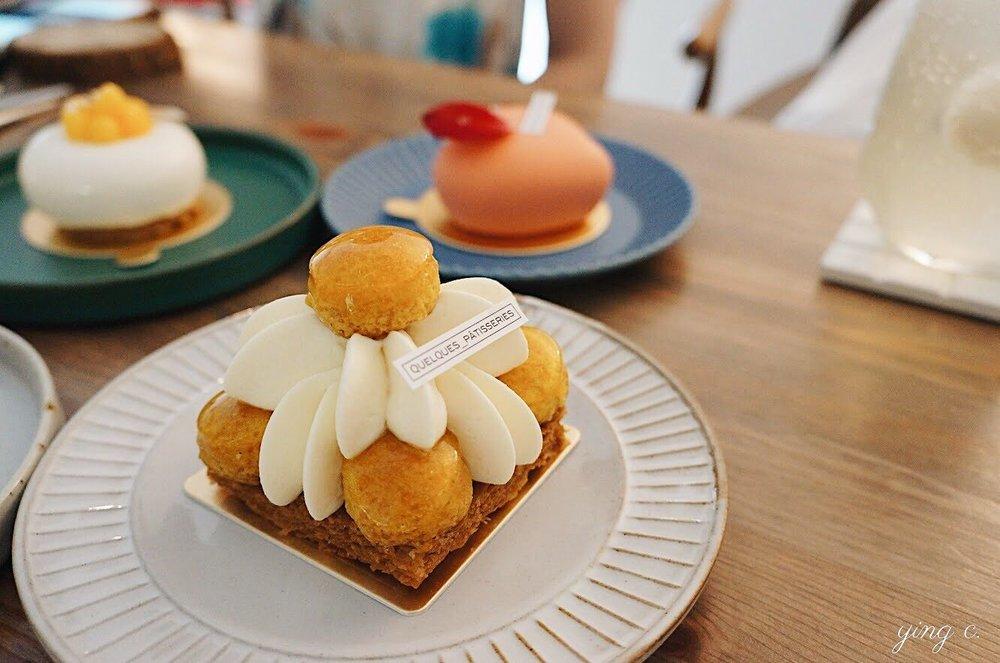 台北市  Quelques Pâtisseries某某。甜點 的無限檸檬聖多諾黑。泡芙外面就是使用焦糖裝飾。焦糖不若鏡面容易控制,但這裡的焦糖不但閃亮、形狀也是完美的圓形。(攝影:Ying C.)