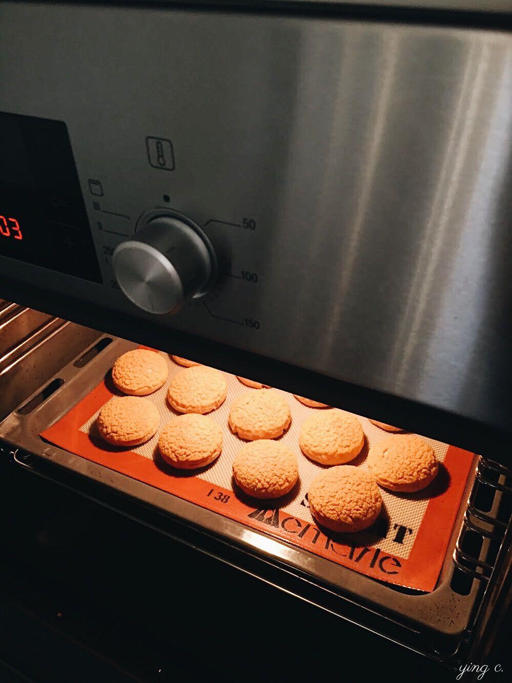 Bonheur Bonne Heure Pâtisserie by Claire L.  烤箱中即將出爐的泡芙。(攝影:Ying C.)