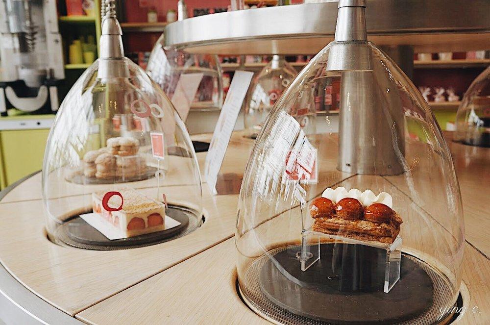 La Pâtisserie des Rêves 店內漂浮在玻璃罩中宛如幻夢的甜點。右手邊的正是 Conticini 知名的聖多諾黑泡芙。(攝影:Ying C.)