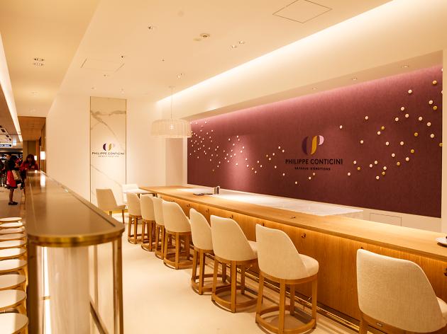 Philippe Conticini 在銀座的甜點店,除了甜點櫃外也有吧檯座位可以品嚐現做甜點。(圖片來源: Time Out Tokyo )
