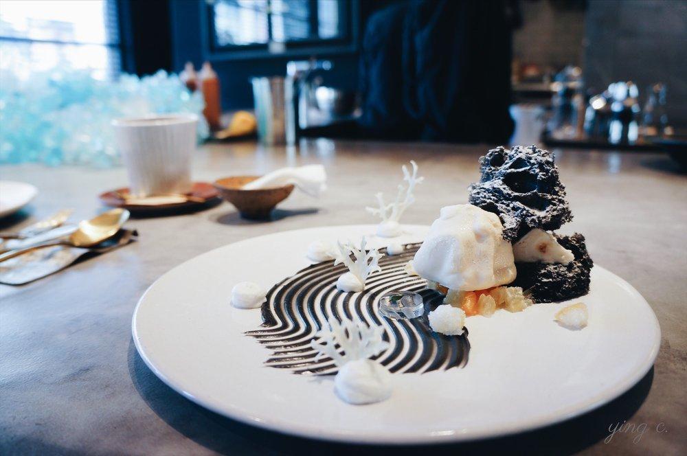 圖1. 新加坡甜點師  Janice Wong  的招牌甜點之一「Kyoto Garden」(京都庭園),在盤子上以甜點重現了日式枯山水庭園的特色。(攝影:Ying C.)