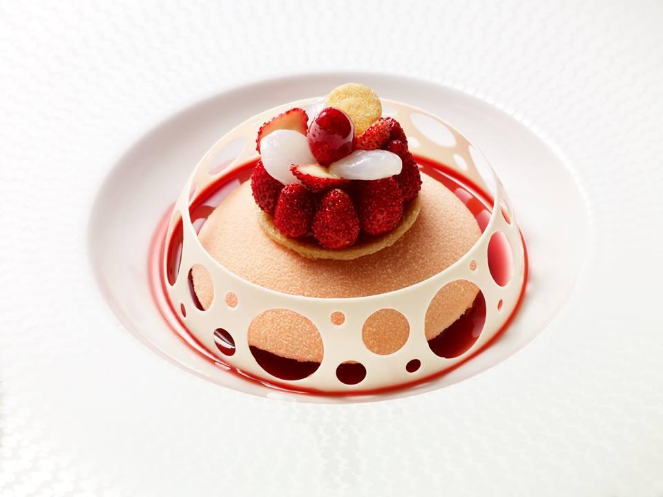 Claire Heitzler的招牌甜點之一:「輕盈香檳慕斯、荔枝與野莓」 (Mousse légère au champagne, litchi et fraises des bois)。 Photo  Claire Heitzler,Facebook
