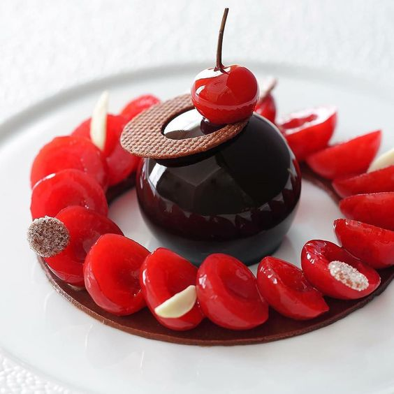 Claire Heitzler 的另一知名甜點:「香料糖煮櫻桃、輕盈巧克力慕斯」 (Cerises pochées aux épices mousse légère au chocolat)。 Photo 《 Claire Heitzler Pâtissière 》by Claire Heitzler