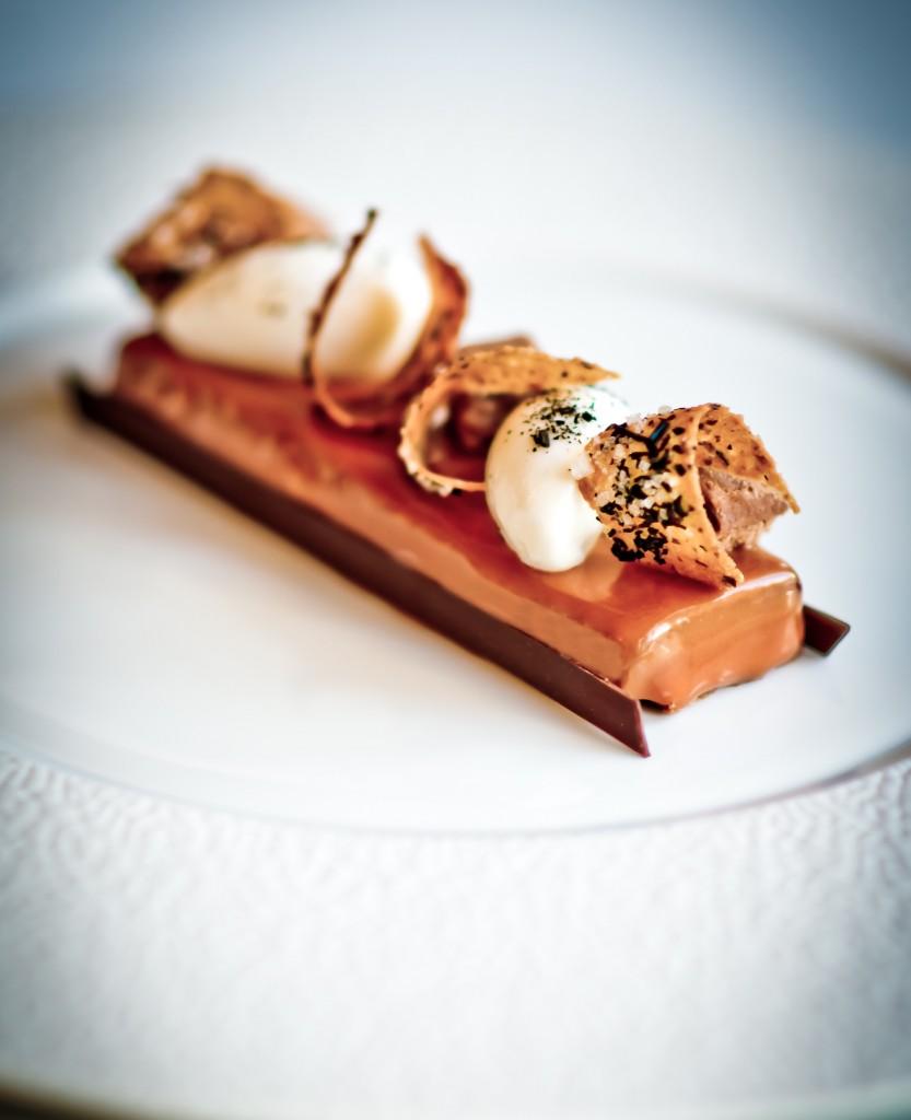 Séquence Sucrée 主菜之一:「嫩朝鮮薊佐凝乳與橄欖油」 (artichaut poivrade au lait caillé et à l'huile d'olive)。 Photo  L'Express Styles