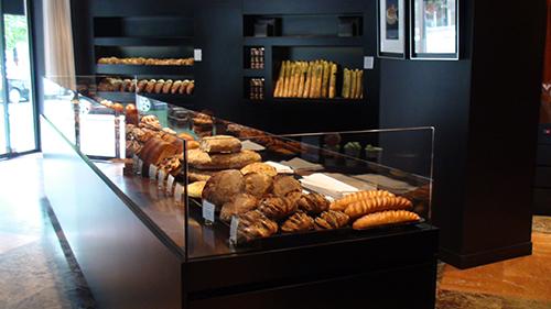 Des Gâteaux et du Pain 在 Pasteur 的一店,店前方是各種麵包, 在右手邊照片沒出現的後方則是甜點區。 Photo| 20minutes