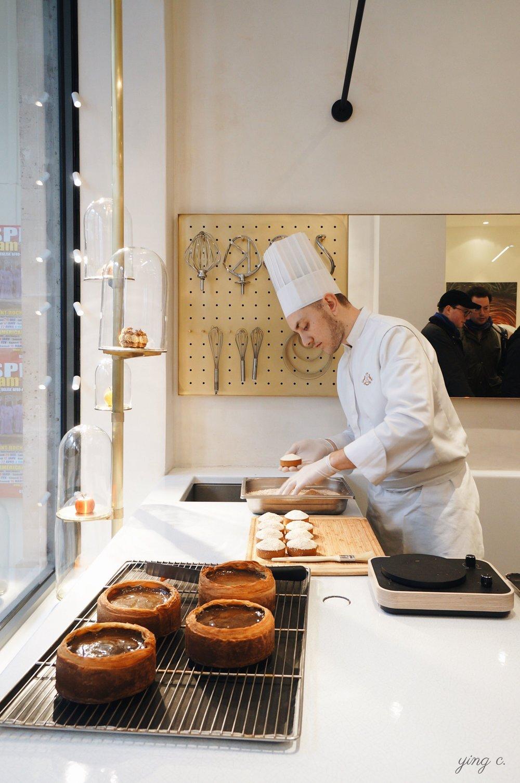 現場完成甜點組裝的甜點師。