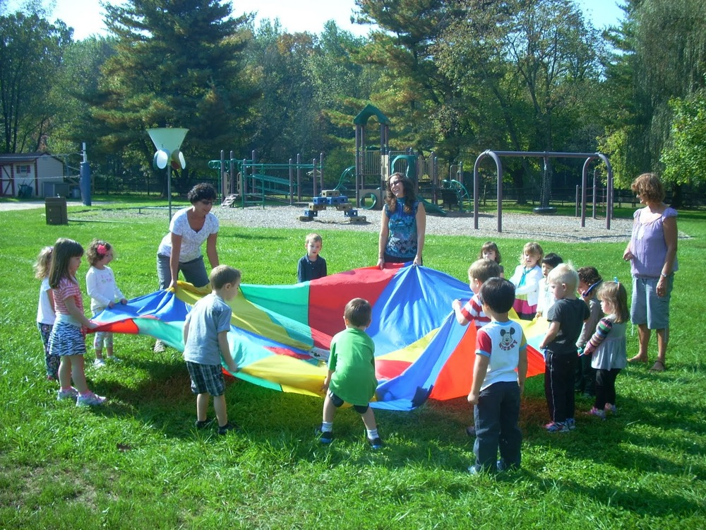 Learning rhythm and colors through parachute fun