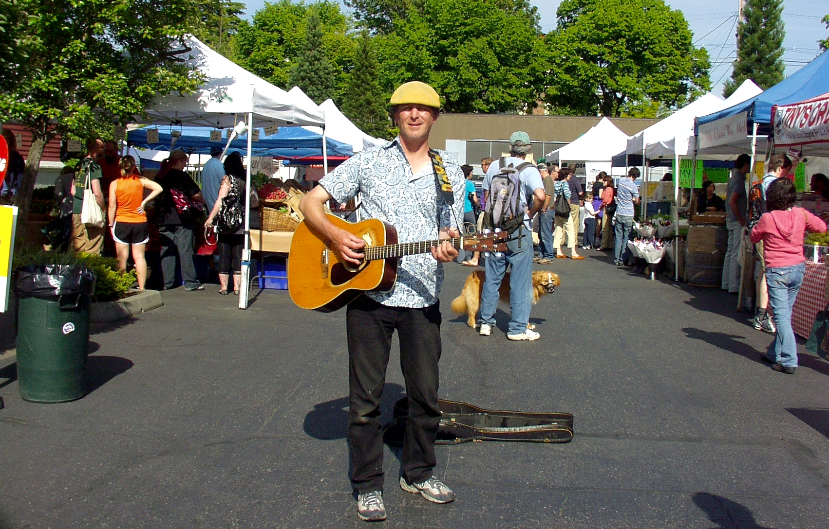 Andrew MacKintosh performing at the Wallingford Farmers Market in May. Photo copyright 2009 by Zachary D. Lyons.