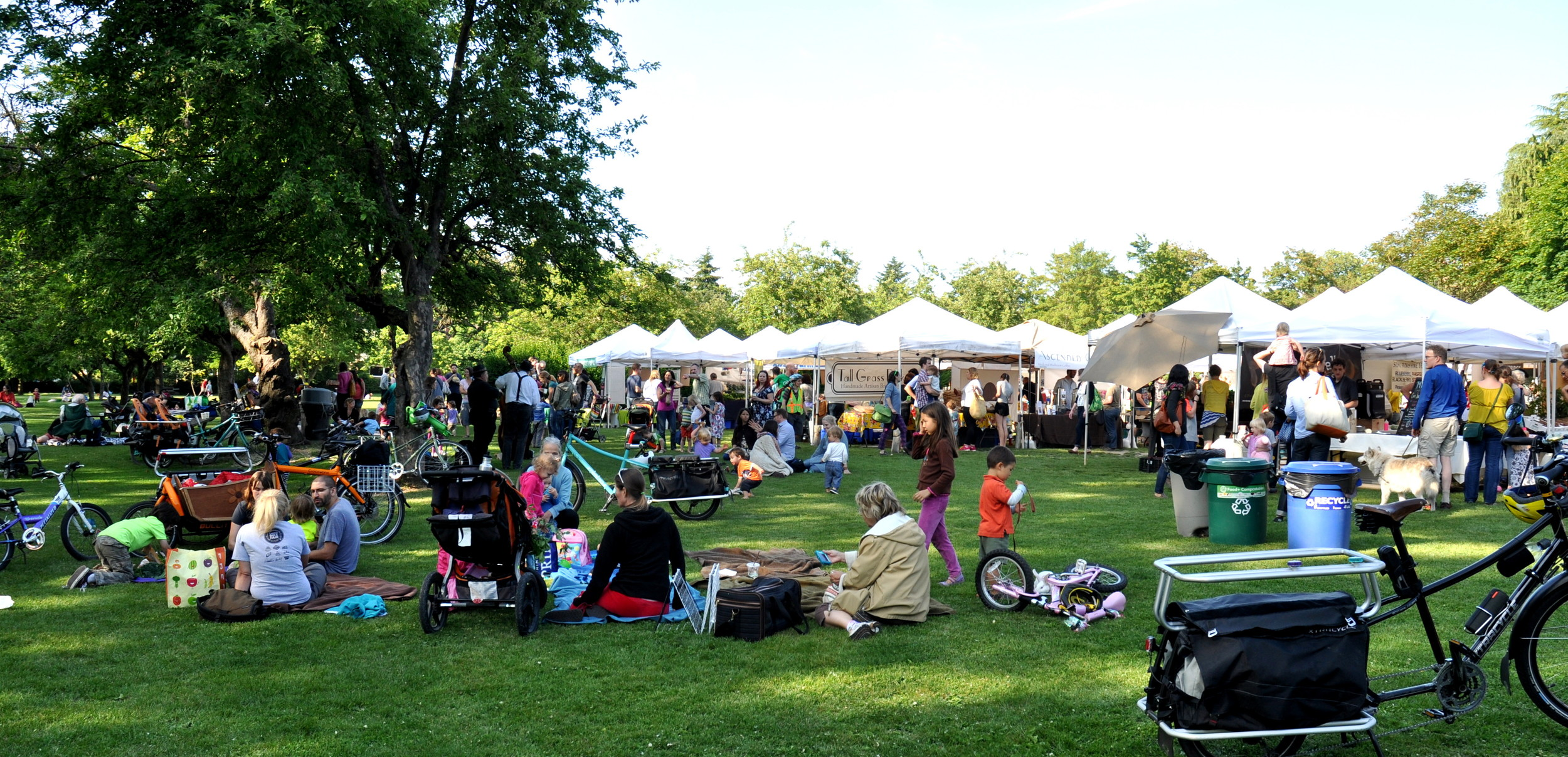The picnic scene at your Wallingford Farmers Market. Copyright Zachary D. Lyons.
