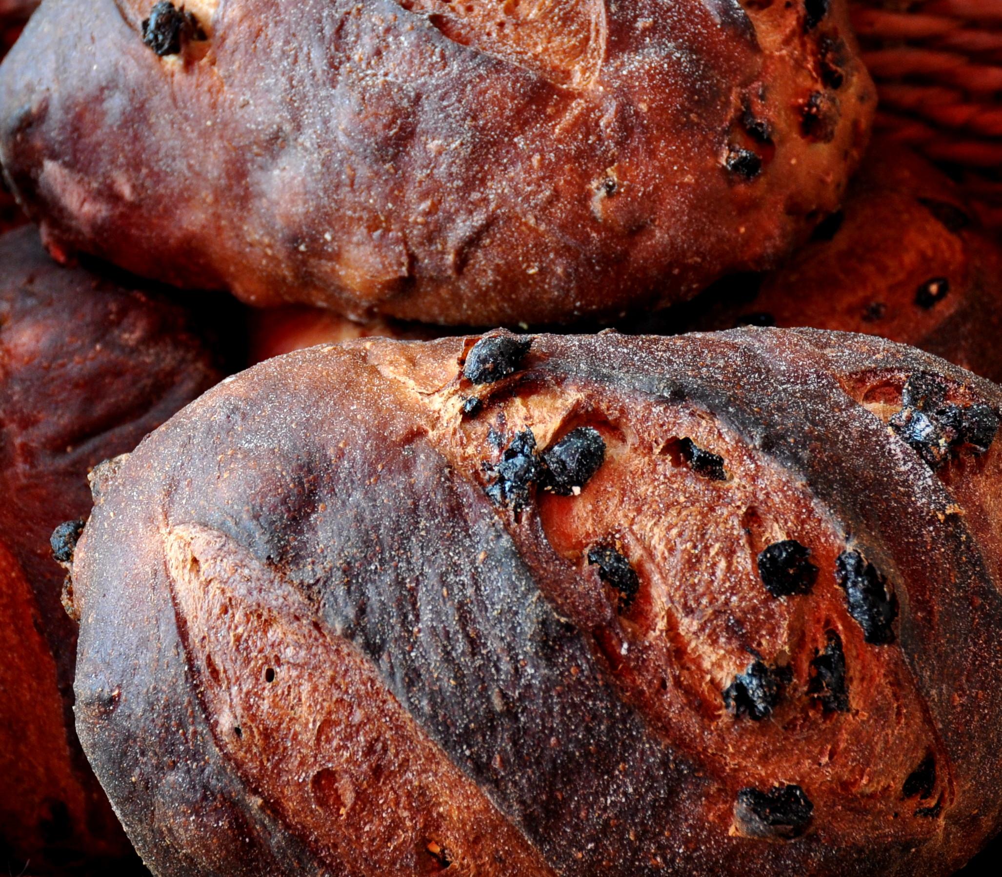 Raisin pumpernickel bread from Snohomish Bakery at Wallingford Farmers Market. Copyright Zachary D. Lyons.