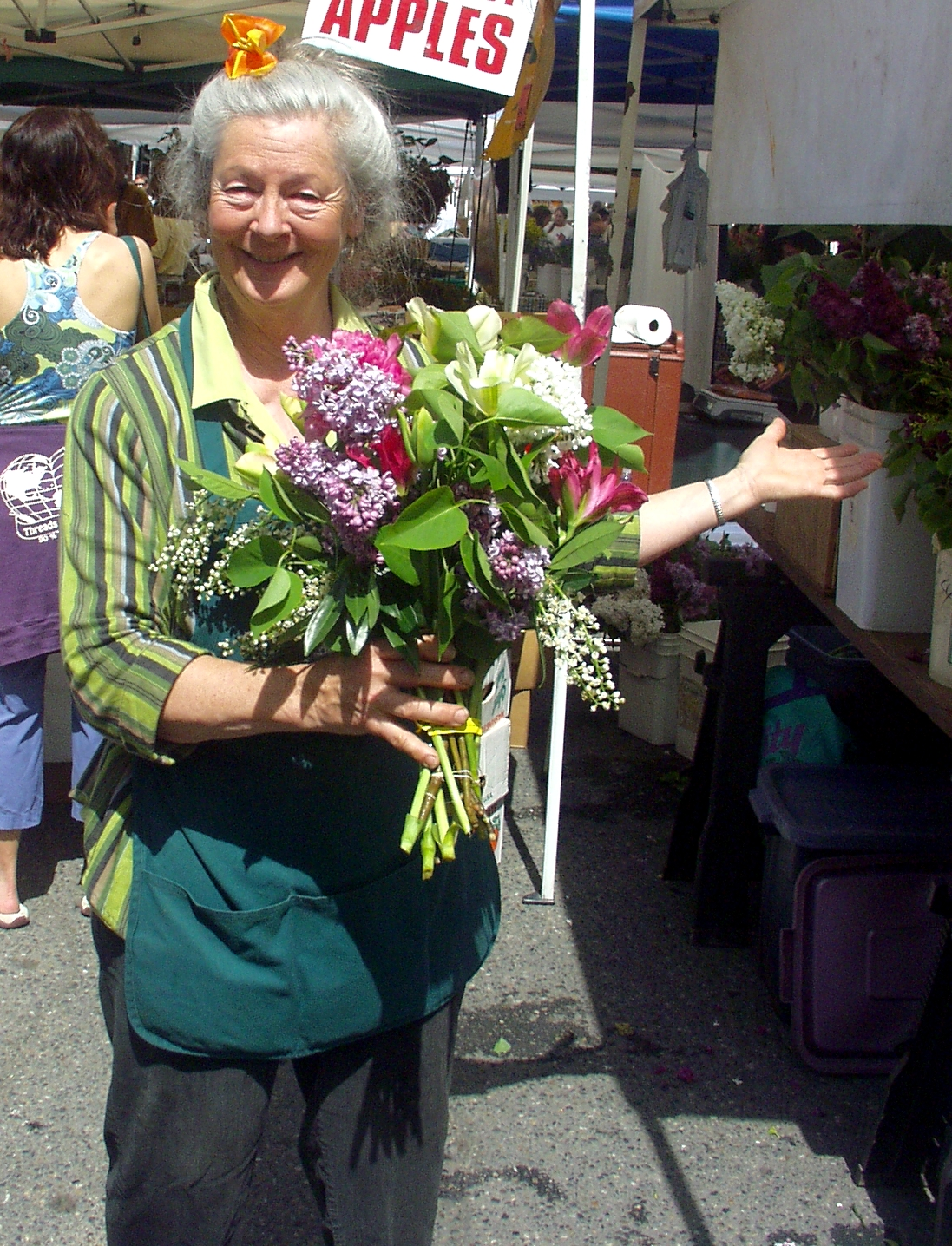 Alm Hill's Gretchen Hoyt making beautiful bouquets at Ballard Farmers Market on May 17th. Photo copyright 2009 by Zachary D. Lyons.
