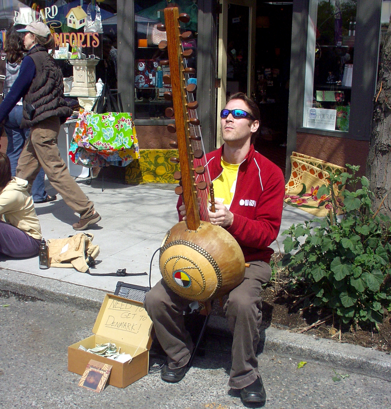 Kane Mathis playing the kora at Ballard Farmers Market on May 3rd. Photo copyright 2009 by Zachary D. Lyons.
