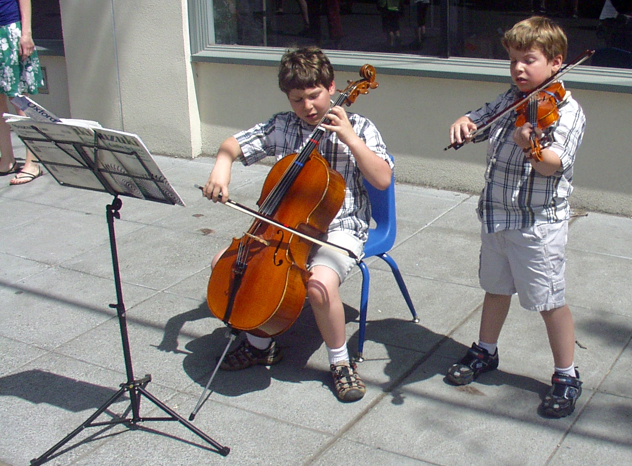 Zac (left) and Ale Grynberg performing at Ballard Farmers Market on May 17th. Photo copyright 2009 by Zachary D. Lyons.