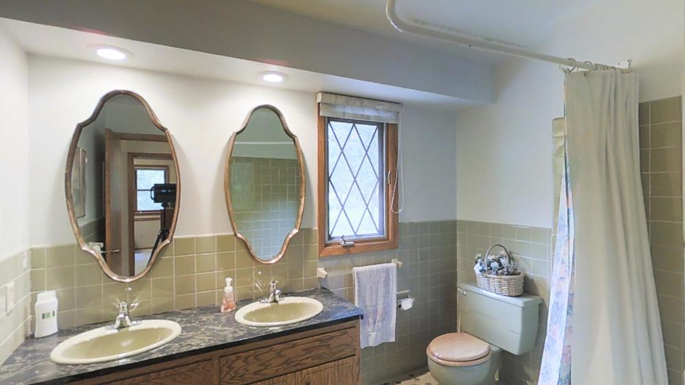 upper bathroom 2.jpg