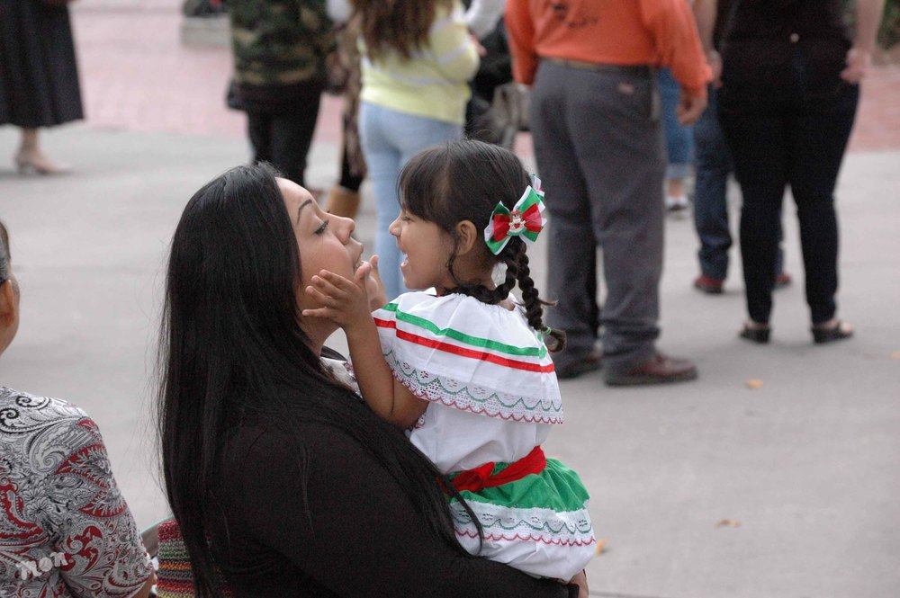A mother and child embrace, La Plaza