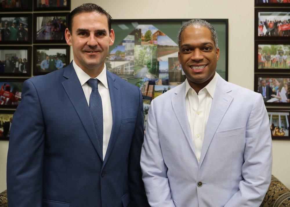El Concejal Todd se reúne con Ernesto Muyshondt, Alcalde de San Salvador, El Salvador el 19 de julio de 2018, para compartir su apoyo a los muchos habitantes del distrito 4 que originalmente provienen del El Salvador.   Foto cortesía de la oficina del Concejal Todd.